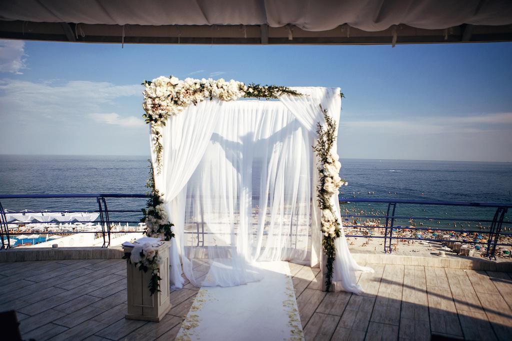 Декор выездной церемонии в ресторане Марислета