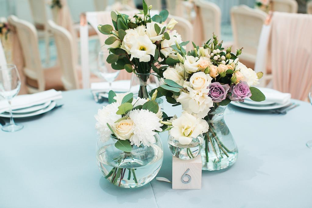 Декор гостевых столов живыми цветами в ресторане Сады Победы
