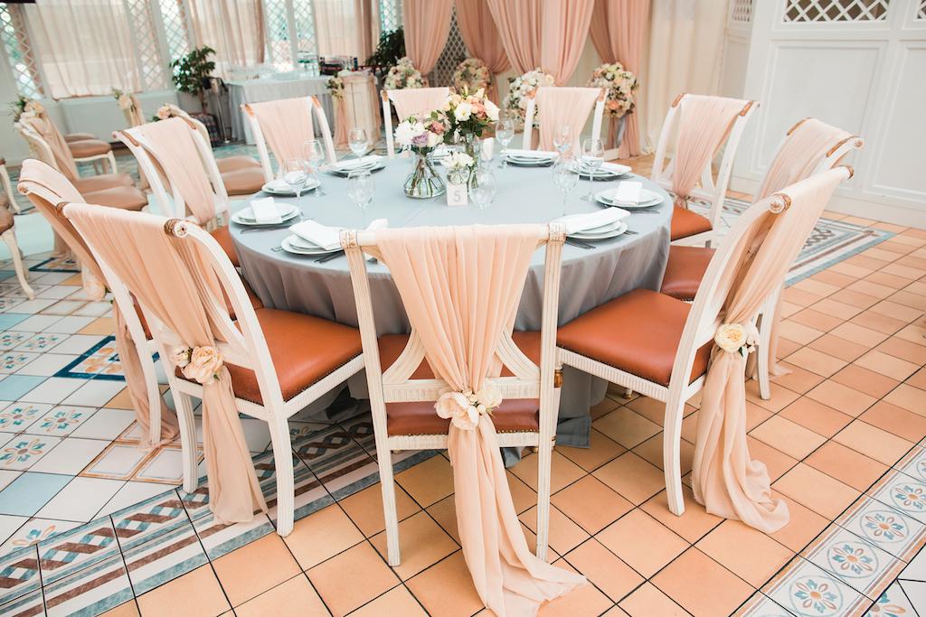 Декор гостевых столов в ресторане Сады Победы от свадебного агенства Скоро Свадьба