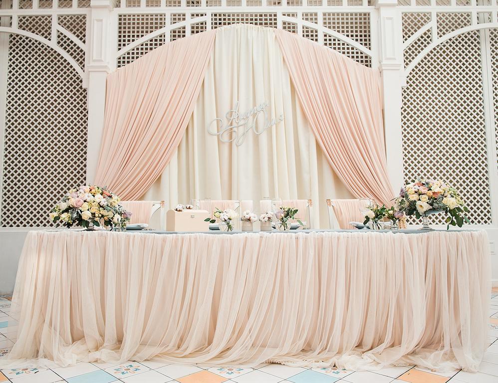 Декор свадебного президиума в ресторане Сады Победы