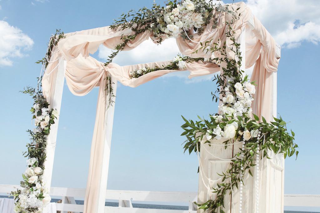 Декор арки выездной церемонии возле моря