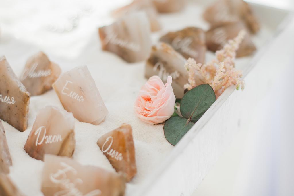 Рассадка на камне розового кварца