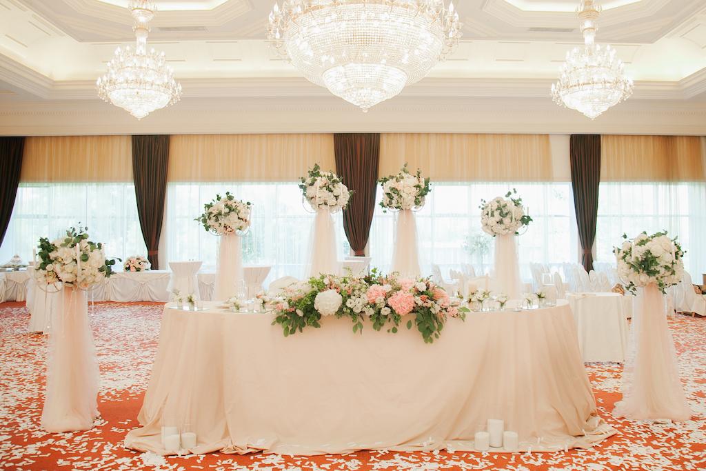 Декор свадебного президиума в ресторане Ренессанс