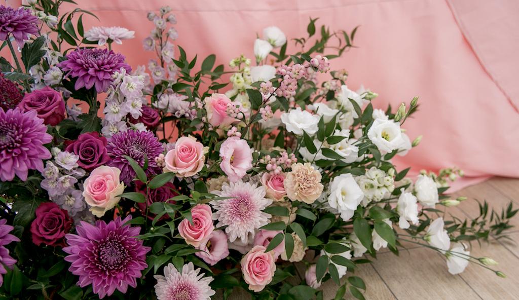 декор зала живыми цветами в ресторане Portofino
