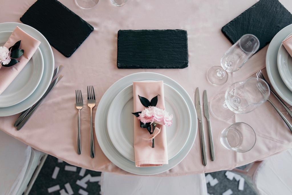 декор живыми цветами в ресторане Maristella