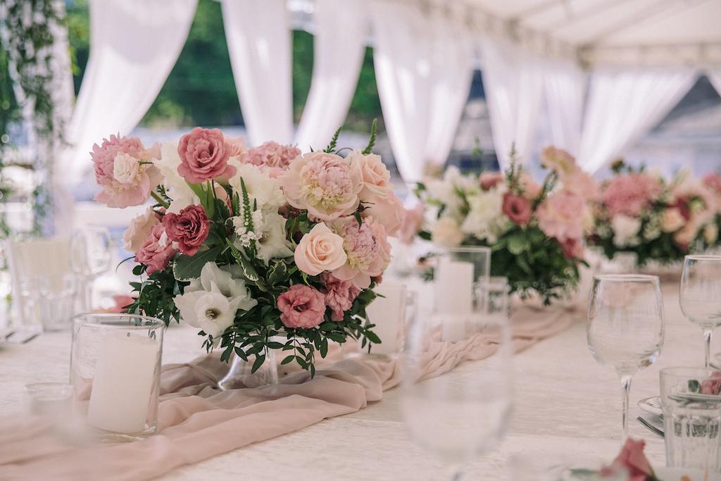 декор свадьбы живым цветами в ресторане Ривьера